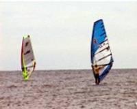 Burātāji sacenšas vēja radītos viļņos