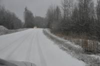 Sniega un apledojuma dēļ apgrūtināta braukšana pa lielāko daļu Latvijas autoceļu