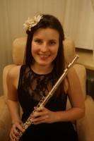 Flautiste ar siltu smaidu