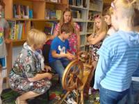 21. gadsimta bērni vērpj ar ratiņu