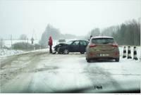 Papildināts – Slidenā ceļa dēļ uz pārbrauktuves nesavalda auto