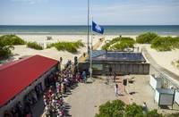 Liepājas pludmalē atkal plīvo Zilais karogs