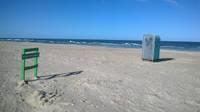 Nūdistu pludmalē izvietots gan gružu konteiners, gan pārvietojamā tualete