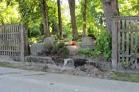 Papildināts – Izgāž žogu un iebrauc kapsētā