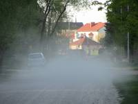 Ar pretputekļu materiālu turpinās apstrādāt grants ielas