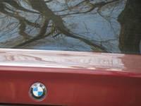 """Pieredzes trūkuma dēļ ar """"BMW"""" iestūrē parkā"""