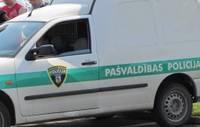 Policijas meklētais dzīro sabiedriskā vietā