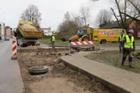 Iedzīvotāji sūdzas par būvnieku izveidotām lamatām, būvnieki sola parūpēties par drošību