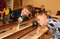 Skolēni sacenšas koka mašīnu un buru laivu modeļu ātrumsacensībās