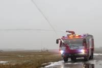 Lidosta saņēmusi jaunās ugunsdzēsēju mašīnas, glābēji tās apgūst