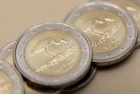 Stārķis rotā divu eiro monētu