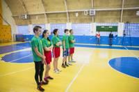 Kazdangas skolēni spēlē basketbolu ar pašvaldības darbiniekiem