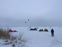 Kaitotāji ķer vēju uz aizsalušā ezera