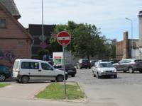Izbraucot no K.Ukstiņa ielas, skatu aizsedz zem zīmes novietoti auto
