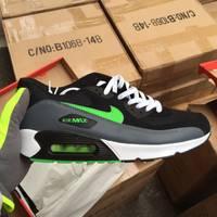 """Aizdomās par viltojumu ostā atsavina gandrīz 12 tūkstošus ar zīmolu """"Nike"""" marķētus apavu pārus"""