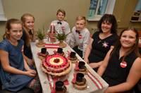 Bērni veido kūkas Latvijai