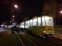 Izraisa sadursmi ar tramvaju