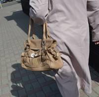 Liepājā sirmgalvēm no rokām izrauj somiņas; uz aizdomu pamata aizturēts vīrietis