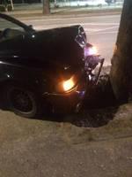 Nenovalda auto un trāpa kokā