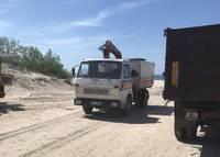 Pludmalē atpūtnieki nesadzīvo ar kravas mašīnu
