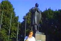 Tā tolaik dzīvojām: Uzvelk sarkanbaltsarkano karogu un demontē Ļeņina pieminekli