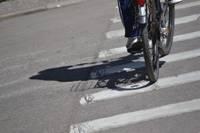 Uz gājēju pārejas notriec velosipēdisti