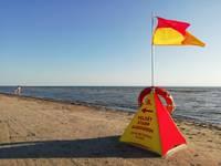 Izglābj bērnu, kas jūrā iekrīt no piepūšamās rotaļlietas