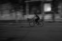 Rīgas ielā, pie Tramvaju tilta, velosipēdisti nesadala ceļu