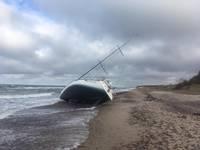Jūrā atstāta dreifējoša jahta izskalota krastā pie Nidas