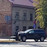 """Brīvības ielā """"Volvo"""" automašīnas vadītāja nedod ceļu autobusam"""