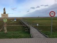 Vandaļu postījumu dēļ slēgta pastaigu laipa Liepājas ezerā