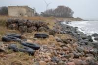 Jūras krastu stiprina ar akmeņiem