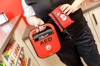 """""""Rimi"""" hipermārketos Liepājā pieejamas dzīvības glābšanas ierīces – defibrilatori"""