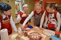 """Liepājas skolēni rāda savas kulinārās prasmes konkursā """"Mana kūka manai Latvijai"""""""