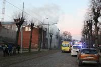 Papildināts – Rīgas ielā izcēlies ugunsgrēks; cietuši četri cilvēki