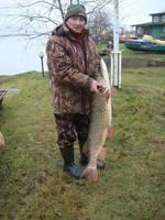 Liepājnieks no ezera izmāna 13,5 kilogramus smagu līdaku