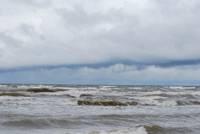 Tuvākā diennakts visā Latvijā būs vētraina, gaidāmi arī stipri nokrišņi