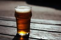 Tirdzniecības vietā Liepājā tiek aizturēts vīrietis, kurš nopircis nepilngadīgajiem alkoholu