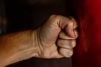 Agresīvs vīrietis dzērumā mēģina ielauzties dzīvoklī