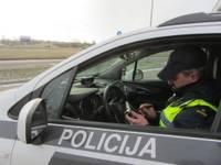 Kamēr policija pārbauda autovadītāju, pasažieris sēžas pie stūres un bēg