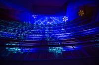 """Uz """"Lielā dzintara"""" jumta elektroniskās mūzikas un skaņu izrādi stāvēja rindā"""