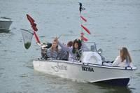 Laivu parādē Tirdzniecības kanālā dodas desmitiem peldlīdzekļu