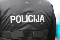 Valsts policija uz aizdomu pamata par zādzību no automašīnas aiztur divus jauniešus