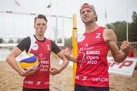 Madars Apse un Mārtiņš Sesks spēlē pludmales volejbolu