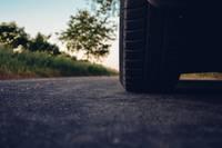 Uz ceļa izkritis kardāns sabojā auto