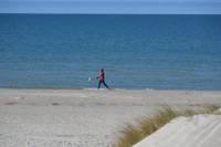 Laikapstākļi vēl lutina, bet pludmales inventāru jau novāc