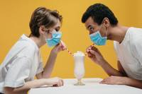Sabiedriskās ēdināšanas vietās sejas masku drīkst novilkt tikai, sēžot pie sava galdiņa vai ēdot un dzerot