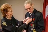 Goda liepājniekam Eduardam Raitam pilsētas ordeni piesprauž viņa karaliene