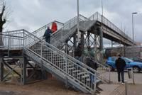 Iedzīvotāji vīlušies gājēju tilta remontā