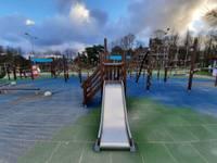 Jūrmalas parkā pieejamas jaunas rotaļu iekārtas bērniem